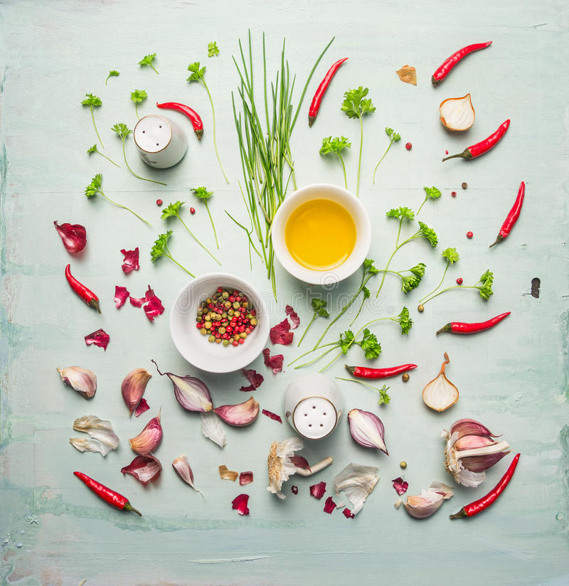 新鲜的组成在土气背景的草本、香料和烹调用油 图库摄影