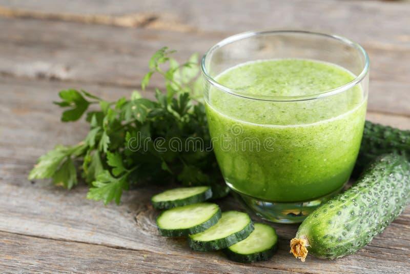 新鲜的黄瓜汁 免版税库存照片