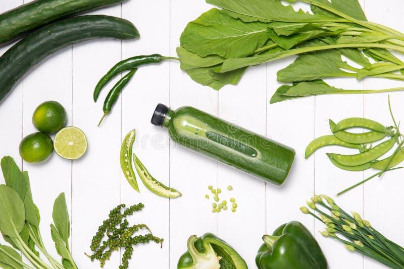 新鲜的绿色菜和绿色圆滑的人用菠菜在bottl 库存图片
