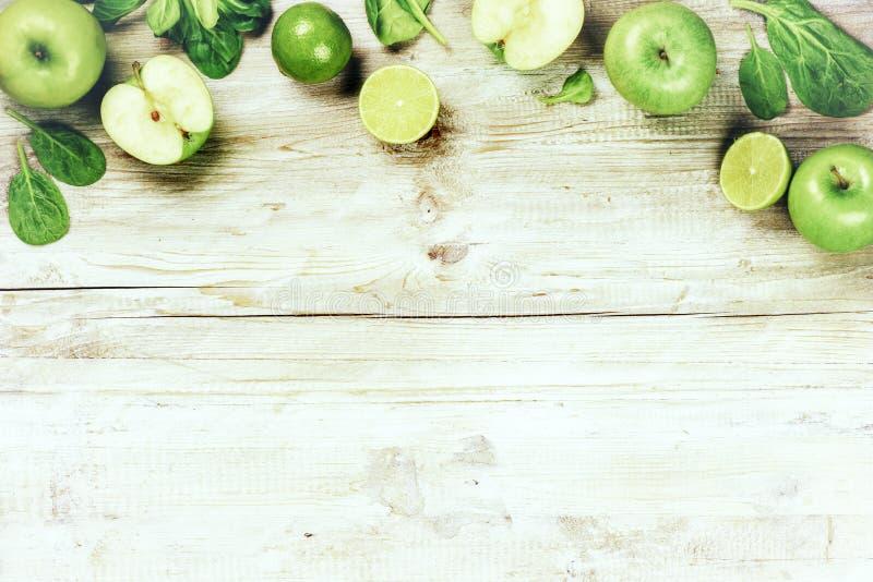 新鲜的绿色蔬菜和水果 戒毒所和饮食概念 库存图片