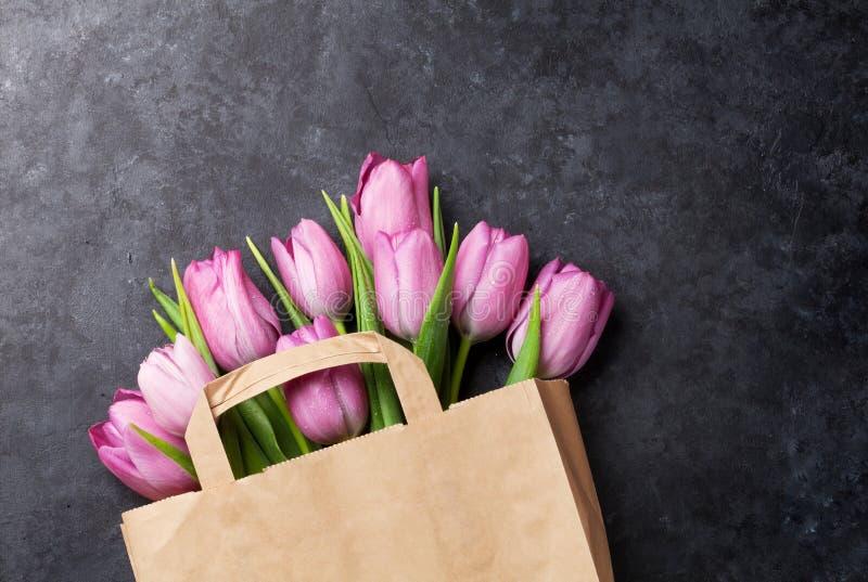 新鲜的紫色郁金香开花袋子 免版税库存照片