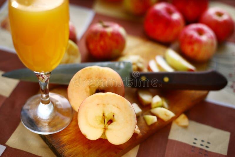 新鲜的cuted苹果为萍果汁做准备 库存图片