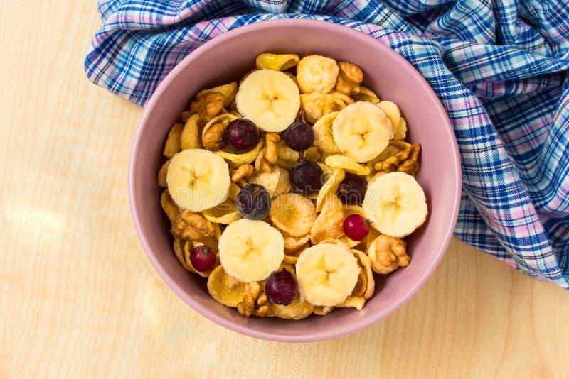 新鲜的muesli、muesli用酸奶和莓果 免版税库存图片