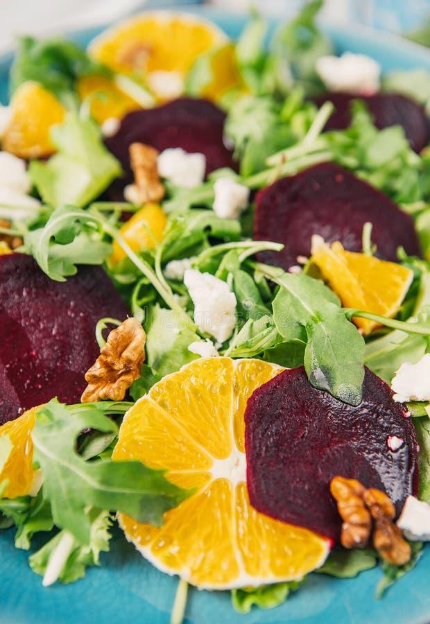新鲜的vegeterian沙拉用甜菜根、桔子和芝麻菜 库存照片