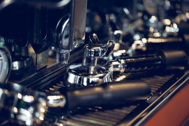 新鲜研磨咖啡在Portafilter 专业浓咖啡做 免版税图库摄影