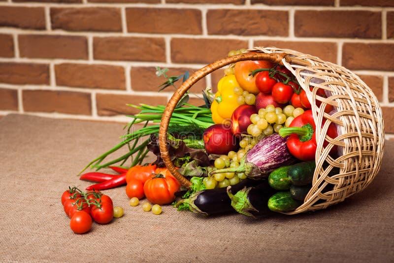 新鲜蔬菜、果子和其他粮食 免版税图库摄影
