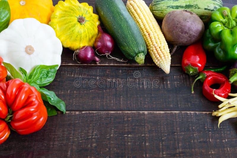 新鲜蔬菜从黑暗的木背景的庭院收获了 免版税图库摄影