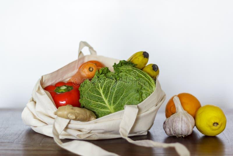 新鲜蔬菜和果子在棉花袋子 零的废物,塑料自由概念 库存照片