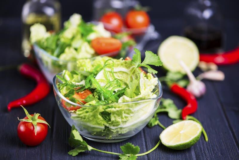 新鲜蔬菜和绿色海草沙拉 免版税库存图片