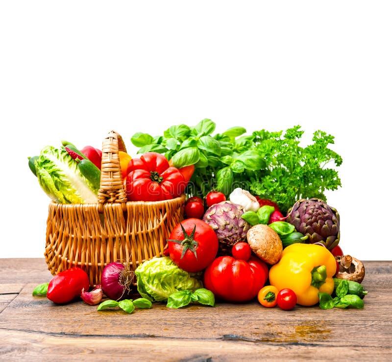 新鲜蔬菜和草本在手提篮 库存图片