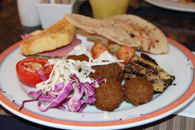新鲜蔬菜圆白菜、炸肉排和西红柿原料的部分在餐馆的 库存照片