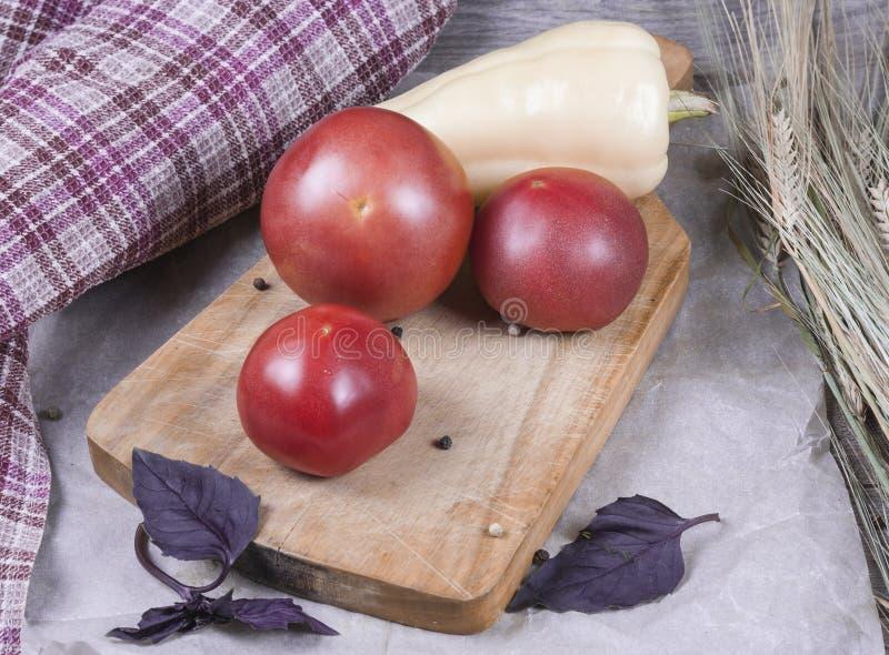 新鲜蔬菜在厨房里:蕃茄,胡椒,黄瓜,绿色 免版税库存照片
