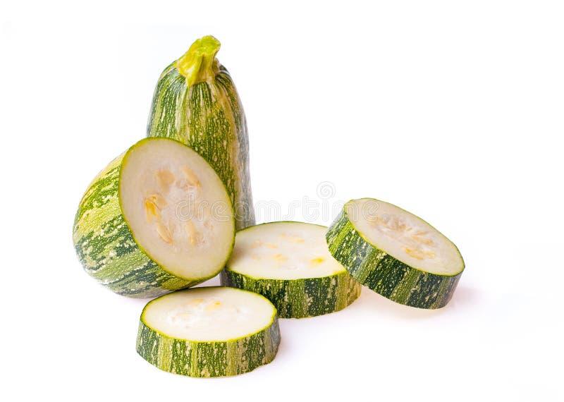 新鲜蔬菜在白色背景隔绝的夏南瓜切片 库存照片