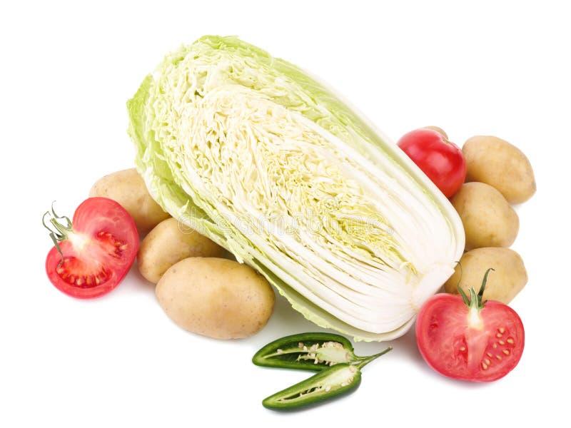 新鲜蔬菜嫩卷心菜、在白色背景和辣胡椒隔绝的蕃茄、土豆 库存图片