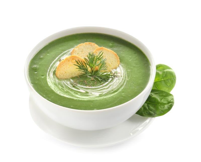 新鲜蔬菜戒毒所汤由菠菜制成用在盘和叶子的油煎方型小面包片 免版税库存照片