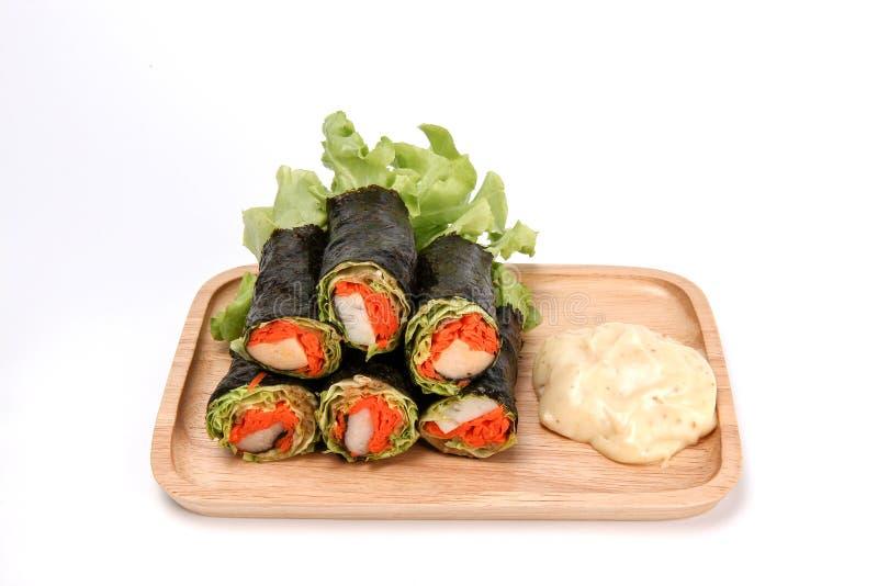 新鲜蔬菜春卷,在海草管的沙拉卷在陶瓷板材,干净的食物,减肥的沙拉 免版税库存图片