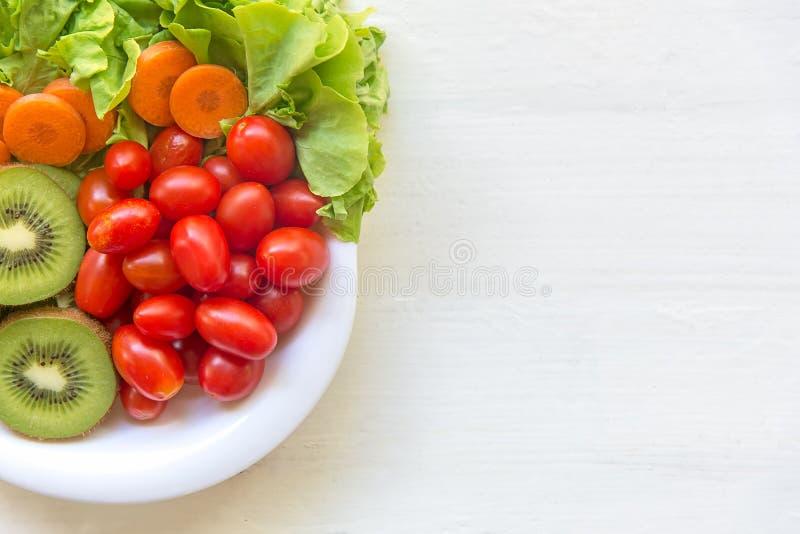 新鲜蔬菜沙拉和健康食物饮食和减重的在老白色木 免版税图库摄影