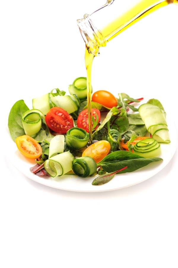 新鲜蔬菜沙拉洒与橄榄油 免版税库存照片