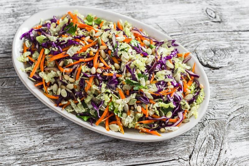 新鲜蔬菜沙拉用红叶卷心菜、红萝卜、甜椒、草本和种子 食物健康素食主义者 免版税库存照片