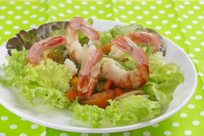 新鲜蔬菜沙拉用虾大虾 Boiled剥了无首的虾 免版税库存图片