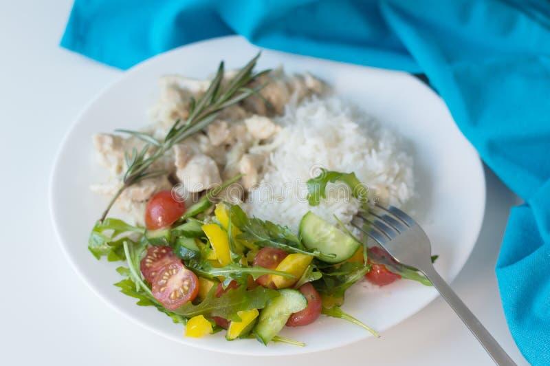 新鲜蔬菜沙拉的部分用白米 图库摄影