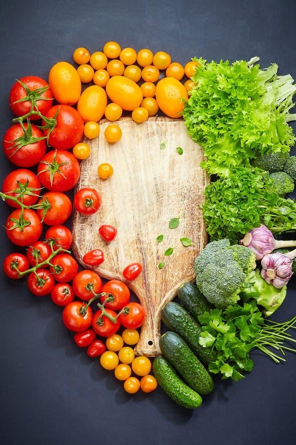 新鲜蔬菜的五颜六色的构成 食物或烹调概念 r 免版税库存照片