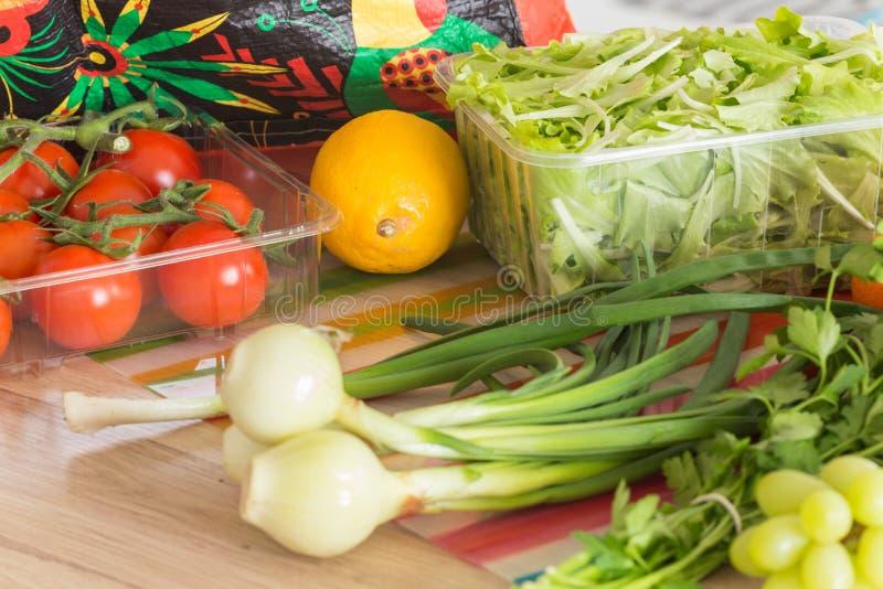新鲜蔬菜直接从市场在厨房里打开了 免版税库存图片