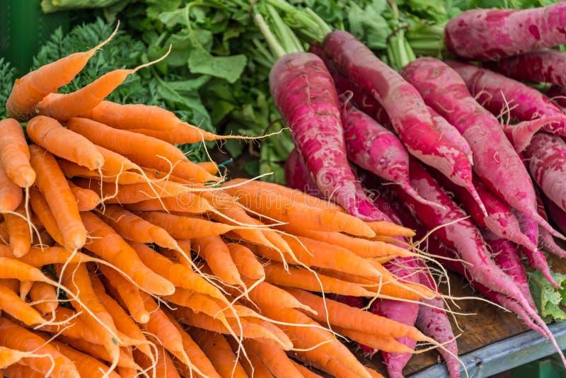 新鲜蔬菜红萝卜在农夫市场上 库存照片