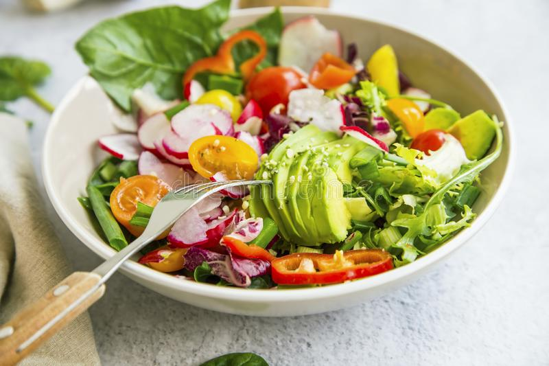 新鲜蔬菜色拉盘特写镜头 免版税库存图片