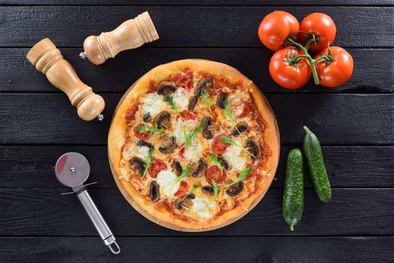 新鲜蔬菜薄饼Flatlay用蘑菇,蕃茄, mozar 图库摄影