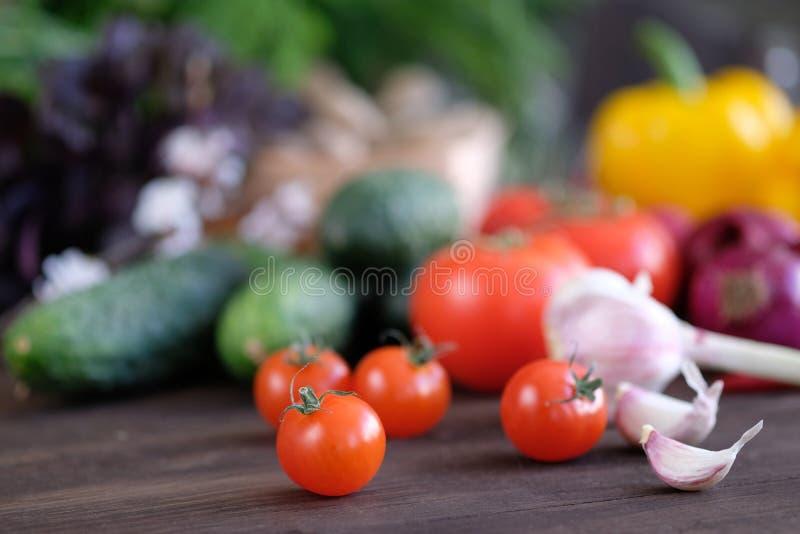 新鲜蔬菜:蕃茄、黄瓜、胡椒、大蒜、萝卜和绿色 库存照片