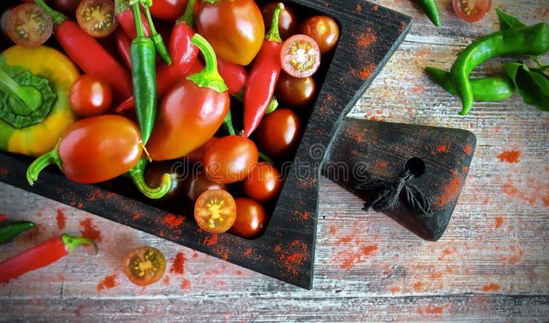 新鲜蔬菜-有机胡椒、辣椒粉和樱桃 免版税库存图片