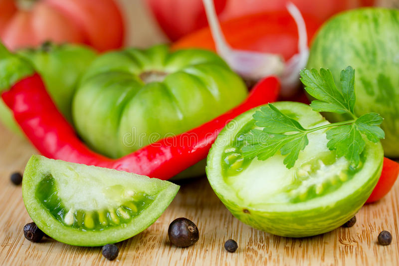 新鲜蔬菜-绿色蕃茄,炽热辣椒,大蒜, 免版税库存图片