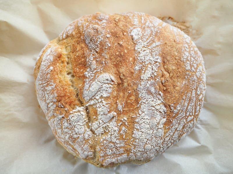 新鲜被烘烤围绕白面包 免版税库存照片