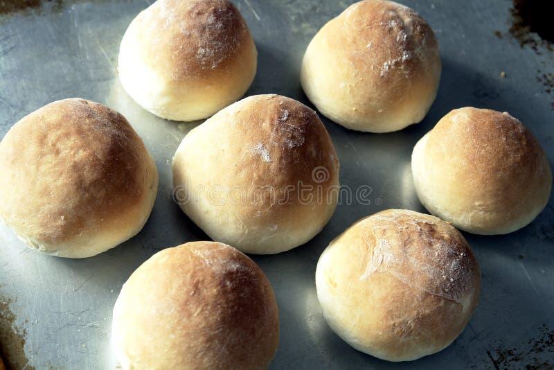 新鲜被烘烤的小圆面包 图库摄影