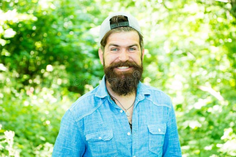 新鲜裁减 有胡子的愉快的残酷人 barby hispter样式 人时尚画象  r 人在森林里 免版税库存照片