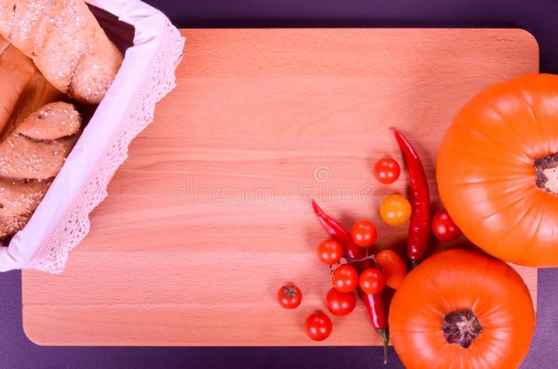 新鲜面包和南瓜在一个土气样式 文本 图库摄影