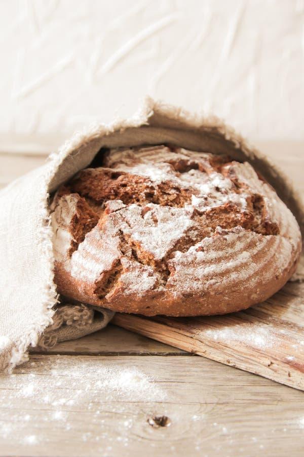 新鲜面包和盐在木背景 免版税库存图片