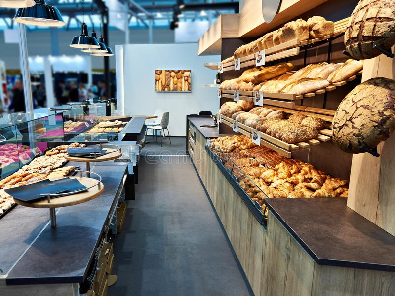 新鲜面包和酥皮点心在面包店 免版税库存图片