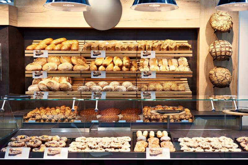 新鲜面包和酥皮点心在面包店 库存图片