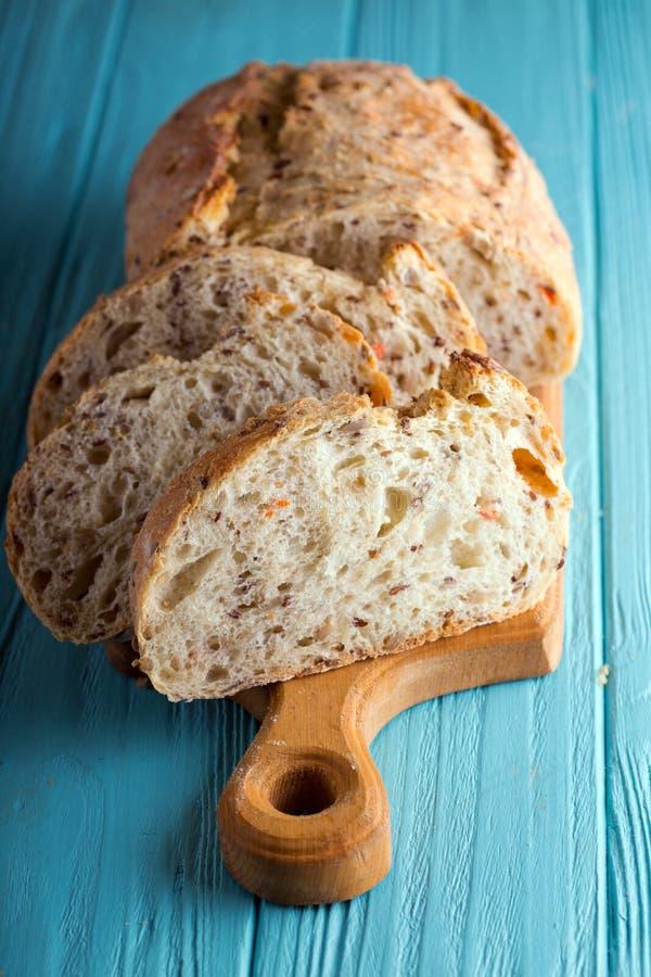 新鲜面包和麦子在木 免版税图库摄影