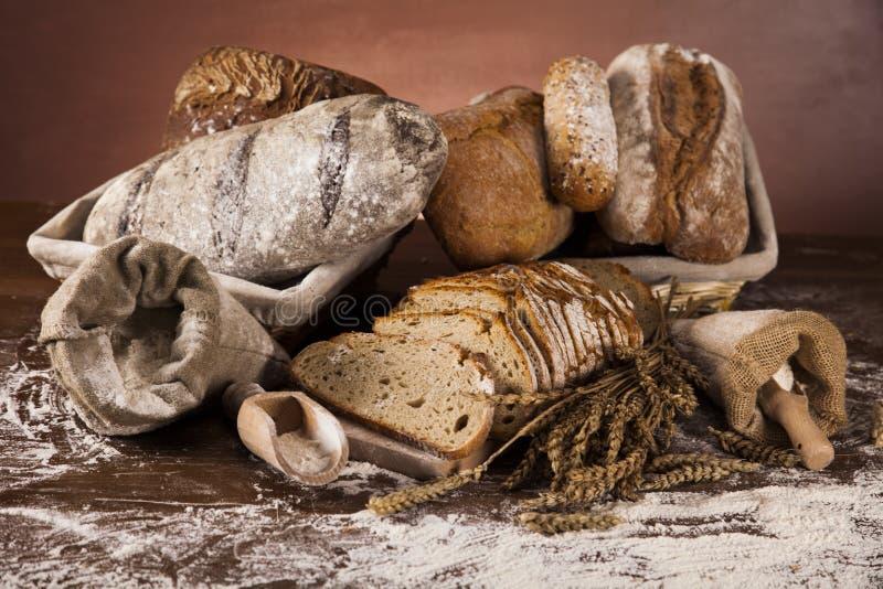 新鲜面包和麦子在木 库存图片