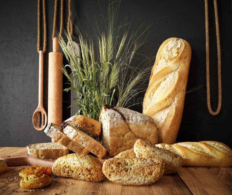 新鲜面包用在板岩切板和照片背景的麦子复制空间 免版税库存照片