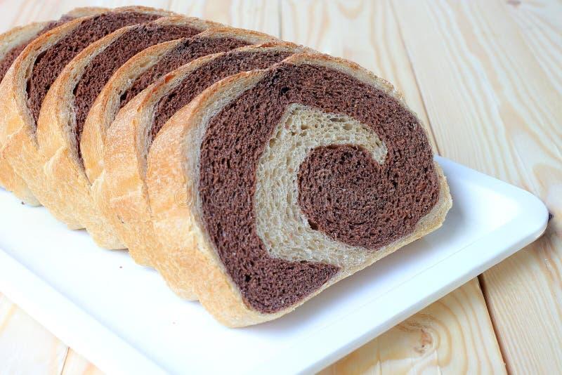新鲜面包,全麦面包在家烘烤了非常健康,两口气黑麦面包 库存照片