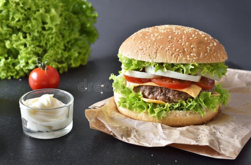 新鲜,可口汉堡或乳酪汉堡用调味汁 图库摄影