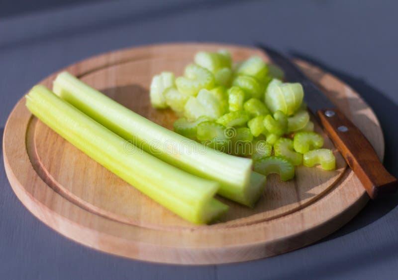 新鲜,水多的芹菜在切板切成了小方块 免版税库存图片