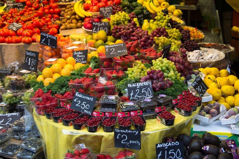 新鲜水果在市场上 库存照片