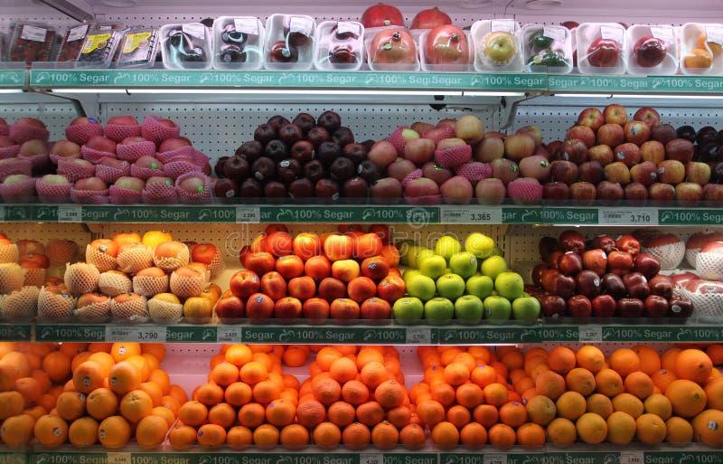 新鲜水果在超级市场独奏中爪哇省印度尼西亚被卖 免版税库存图片