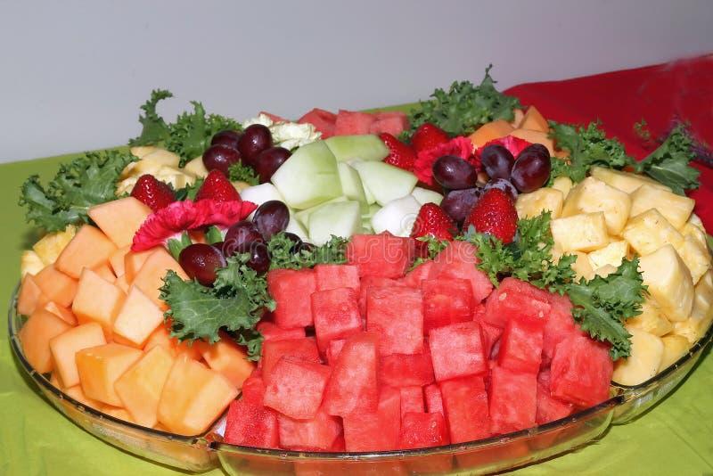 新鲜水果盛肉盘 图库摄影