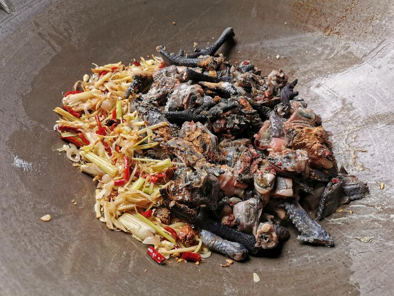 新鲜blackchicken用在平底锅的泰国草本准备烹调 免版税库存图片